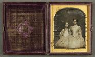 Thumbnail preview of Porträt zweier Schwestern mit aufwändigen Kle…
