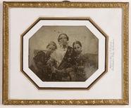 Prévisualisation de Unbekannte Frau mit zwei Kindern imagettes