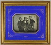 Visualizza Vater mit seinen drei kleinen Söhnen vor eine… anteprime su