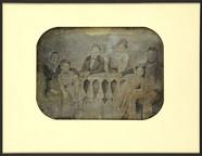 Esikatselunkuvan Groupe familial autour d'une balustrade näyttö