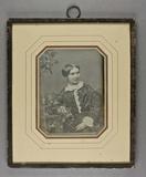 Prévisualisation de Halbporträt einer sitzenden Frau, den Arm auf… imagettes
