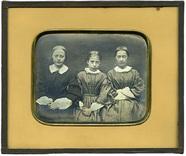 Visualizza Portrett av tre jenter. Portrait of three gir… anteprime su