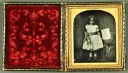 Visualizza Mädchen mit Lithografie in der Hand, USA, ca.… anteprime su