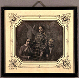 Prévisualisation de Gruppenbild von zwei Frauen und einem Mann. imagettes