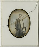 Visualizza Three quarter length portrait of standing man… anteprime su