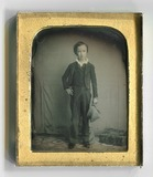 Miniaturansicht Vorschau von Ein kleiner Junge mit Mütze in der Hand steht…