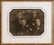 Stručný náhled Vier unbekannte Männer