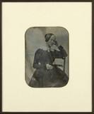 Esikatselunkuvan Portrait de femme, à mi-jambes, assise, de tr… näyttö