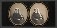 Visualizza Portrait de femme âgée, à mi-jambes, assise ,… anteprime su