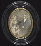 Visualizza Ehepaar nebeneinander sitzend, er mit Brille,… anteprime su
