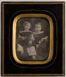Thumbnail preview of Unbekanntes Geschwisterpaar mit einem Spielze…
