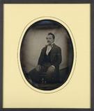 Visualizza Portrait d'homme, en pied, assis, de trois qu… anteprime su