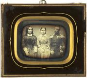 Visualizza Eltern mit ihrer Tochter in der Mitte. Der Ma… anteprime su