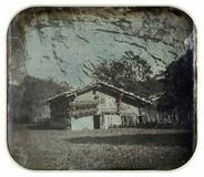 Visualizza Grange devant une paroi rocheuse. [Vue invers… anteprime su