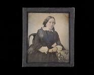 Visualizza Portrett av kvinne som lener seg på et bord m… anteprime su