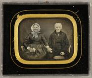 Stručný náhled Älteres Ehepaar, sie mit weißer Haube und ein…