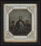 Visualizza Vater mit seinen drei Söhnen. Alle sitzen, di… anteprime su