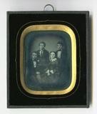 Esikatselunkuvan En face Gruppenbild von vier jungen Menschen … näyttö