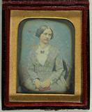 Visualizza Portrait einer jungen Frau, Halbfigur, sitzen… anteprime su
