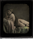 Visualizza Liegender Akt mit orientalischem Kopfschmuck … anteprime su