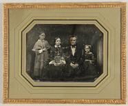 Visualizza Familienbild, Vater mit seinen drei Töchtern,… anteprime su
