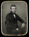 Visualizza Portrait d'un jeune homme barbu assis. Il est… anteprime su