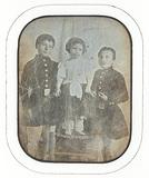 Visualizza Trois enfants dont deux garçons en uniforme d… anteprime su