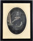 Visualizza Junge Frau mit einem Buch in einer Hand und e… anteprime su
