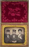 Forhåndsvisning av Porträt von drei Eisenbahnern.