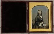 Prévisualisation de Junge Frau mit Korkenzieherlocken und Goldsch… imagettes