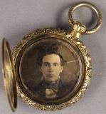 Thumbnail af Brustporträt eines jungen Mannes.