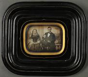 Visualizza Porträt einer Familie, vor gemaltem Hintergru… anteprime su