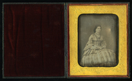 Visualizza Full length portrait of a seated young lady w… anteprime su