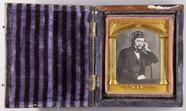 Forhåndsvisning av Halbporträt eines Mannes mit Uhrenkette und k…