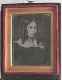 Visualizza Portrait of a young woman in three quarter vi… anteprime su