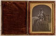 Visualizza Junge Frau in einem Buch lesend anteprime su