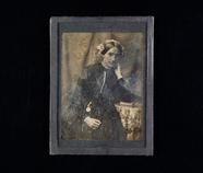 Visualizza Portrett av kvinne som lener seg på en bunke … anteprime su