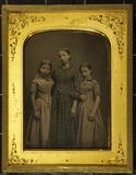 Thumbnail af Drei Schwestern in karierten Kleidern, stehen…