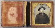 Forhåndsvisning av Halbporträt eines jungen Mannes im Mantel und…