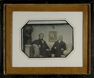 Visualizza Zwei Männer, Vater und Sohn, auf einem gemust… anteprime su