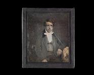 Visualizza Portrett av ung mann som lener seg på et bord… anteprime su