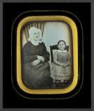 Visualizza Femme âgée, les mains croisées, assise à côté… anteprime su
