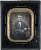 Visualizza Portrett av en mann, Hr. Koch. Sittende ved b… anteprime su