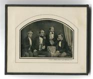 Stručný náhled Vier junge Männer an einem Tisch