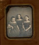 Miniaturansicht Vorschau von Group portrait of three girls, sisters