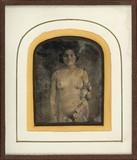 Thumbnail af Jeune femme nue, de face, tenant une guirland…