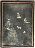 Visualizza Drei Frauen in dunkler Kleidung vor dunklem H… anteprime su