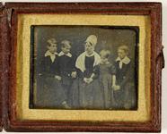Visualizza Groepsportret van een vrouw en vier kinderen anteprime su