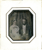 Miniaturansicht Vorschau von Das Paar sitzt en face vor einem in Falten ge…