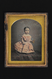Visualizza Portrait of a little girl, standing on a tabl… anteprime su